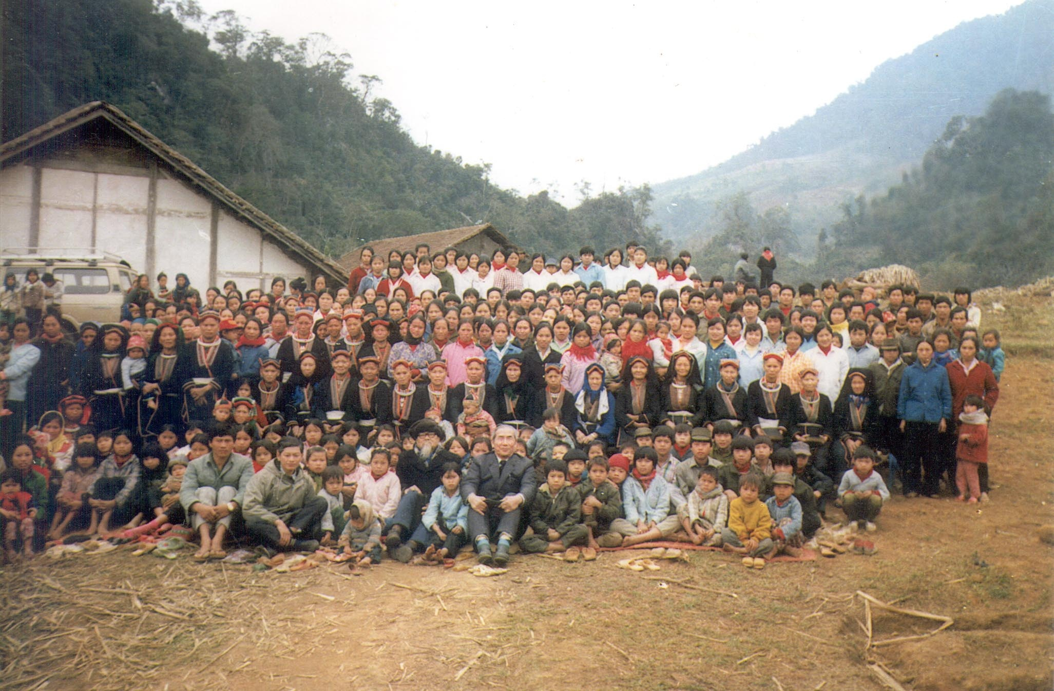 Mien_Christians_gathering_in_Vietnam_in_1994